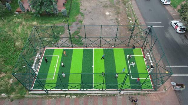 Mini futbol sahalarıyla çocuklar doyasıya eğleniyor