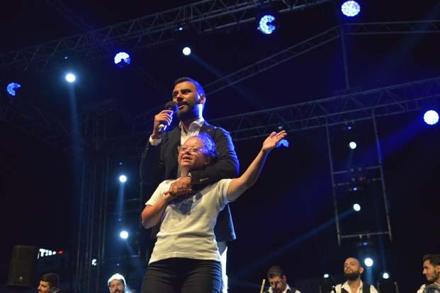 Alişan, özel hayranı İrem'le şarkı söyledi