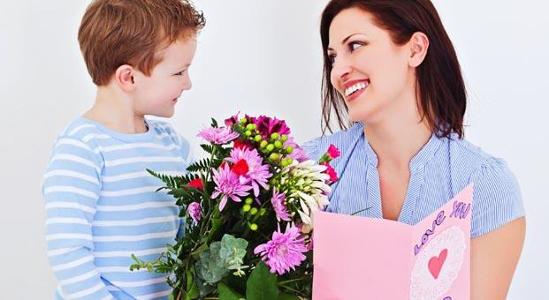 Anne çiçek bekliyor çocuklar kıyafet alıyor