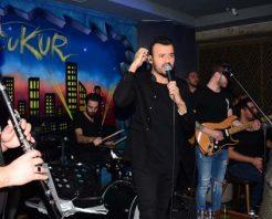 Şarkıcı Deha'dan eşine sürpriz doğum günü