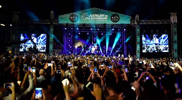 İstanbullular, Axisler'de müziğe doydu