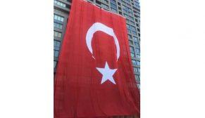 2400 metrekarelik dev Türk Bayrağı İncek Loft'ta dalgalanıyor