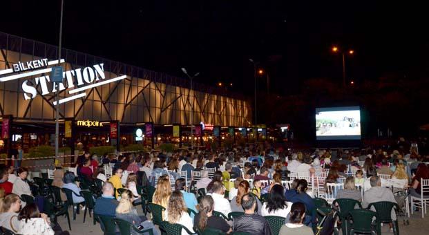 Yaz akşamları açık hava sinemasıyla renklendi