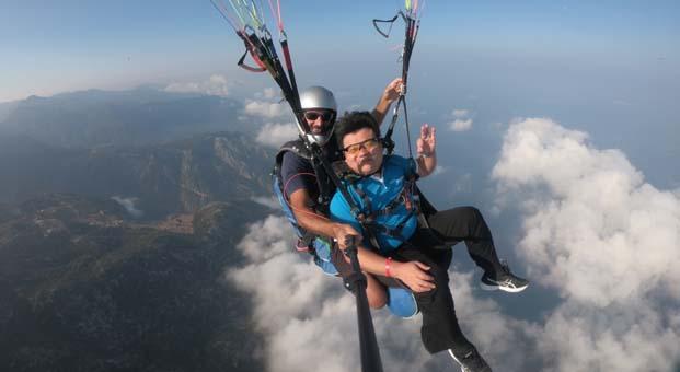 Çinli paraşütle atladı gitar çaldı, 70 milyon kişi izledi