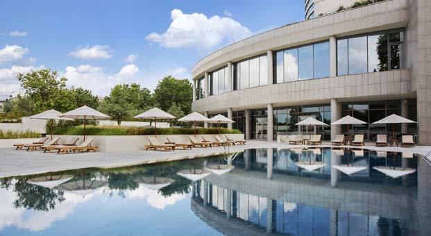 Yazın keyfini Conrad İstanbul Bosphorus'un havuz başında çıkarın