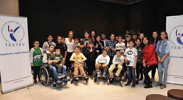 Engelli çocuklar sinemada Kral Şakir ile buluştu