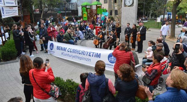 Adıyaman Filarmoni Orkestrası sürpriz konseri ile sokaklarda Cumhuriyet Bayramı coşkusu yaşattı