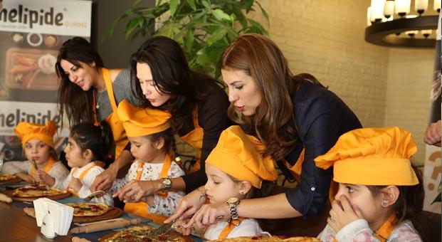 Minik şefler, ünlü anneleri için pide pişirdi