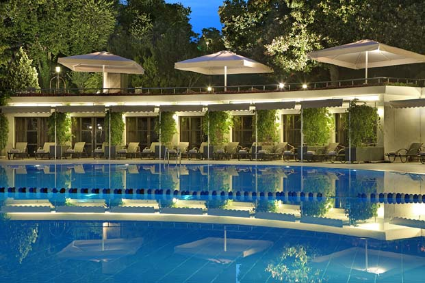 Hilton İstanbul Bosphorus'ta gün batımından gece yarısına yüzerek ve dans ederek haftaya eşsiz ara verin