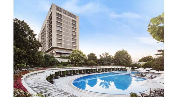 Hilton İstanbul Bosphorus'da yer alan şehrin en büyük otel havuzundan serinliğe davet var