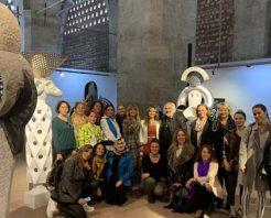 İyilik İçin Sanat Derneği üyeleri heykeltıraş Mehmet Aksoy'un sergisinde