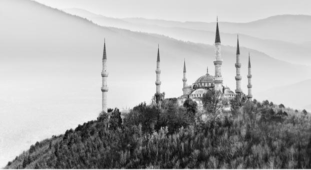 İstanbul'un tarihi eserleri gerçeküstü yolculuğa çıktı