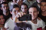 Kerem Bürsin, Nike'ın 'Çık Oyna' kampanyası ile herkesi spor yapmaya davet etti
