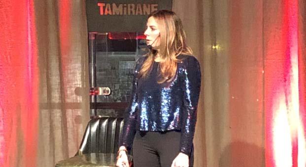 Lesli Karavil stand-up gösterisi ile alkışı topladı
