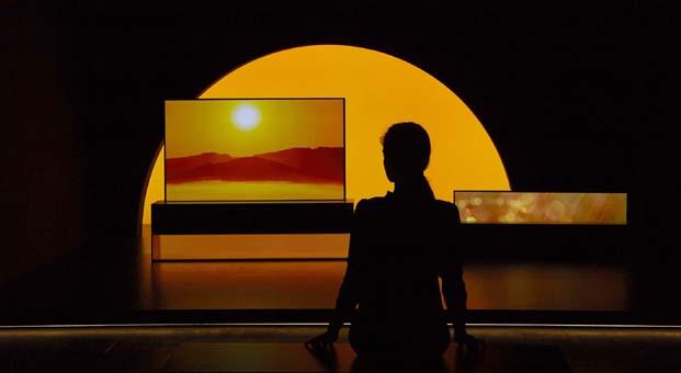 LG'nin Kıvrılabilir OLED TV'si Milano Tasarım Haftası'nda parladı