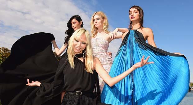 L'Oréal Paris, Paris Moda Haftası'nda Seine Nehri'ni yüzer podyuma çevirdi