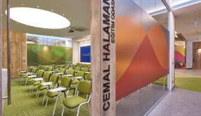 EDDA Mimarlık'tan kurumsallığı dinamizmle bütünleştiren tasarım: Halaman Matbaacılık Ofisi