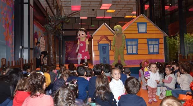 Niloya Bilkent Center'da çocuklarla buluştu
