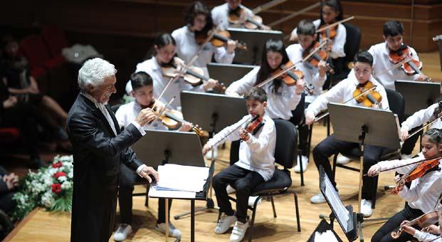Türkiye'nin en yaşlı şefi en genç orkestrasını yönetti