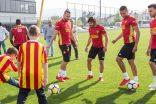 Göztepesporlu futbolcularla Anadolu Otizm Vakfı öğrencileri Mahall Bomonti İzmir davetinde 23 Nisan coşkusu yaşadı