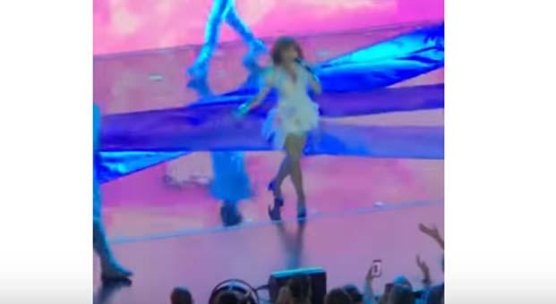 Paula Abdul konserde sahneden düştü