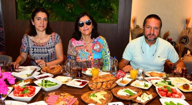 Cemiyet hayatının gözde kahvaltı adresi Turgitreis D-Marin Simit Sarayı