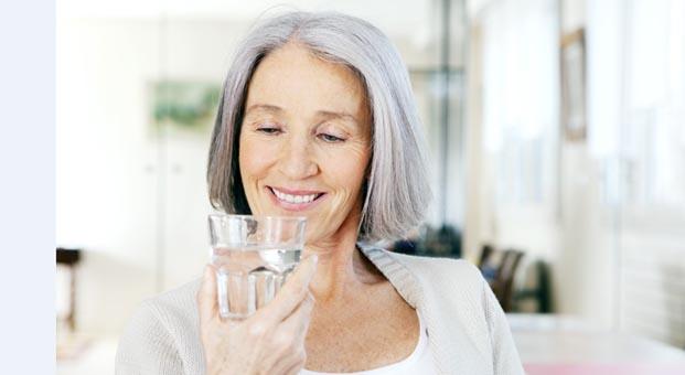 Yaşlılıkta her ilaçla bir bardak su iç