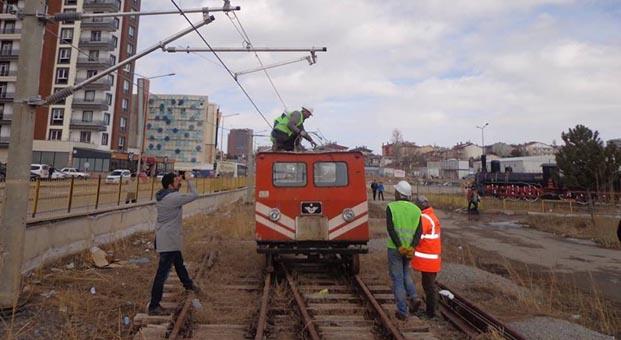 Okul bahçesine minyatür hızlı tren sistemi kurdular