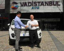 Vadistanbul 'Yılbaşı Araç Kampanyası'nın talihlisine Land Rover'ını teslim etti