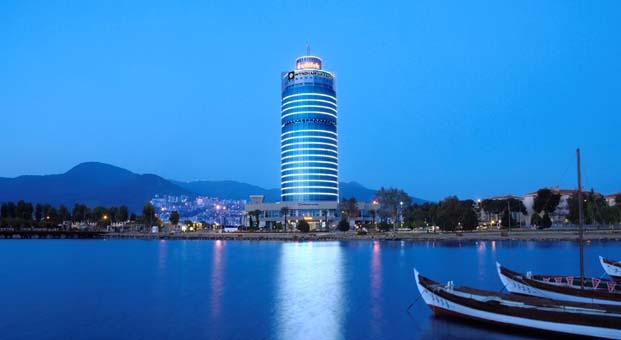 Wyndham Grand İzmir Özdilek'te havuz başında eğlenceli bir gece